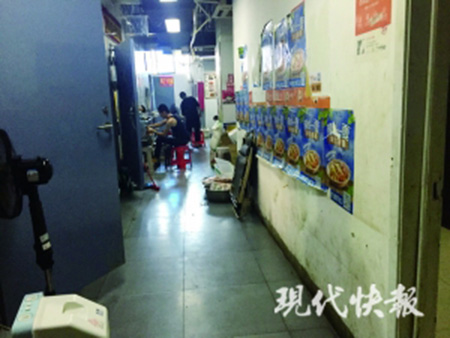 南京這棟外賣樓每天喂飽一萬人:廚房挨在一起,衛生狀況堪憂