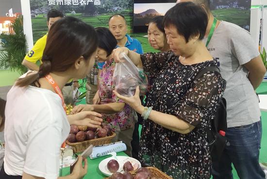 贵州特色优质农产品吸引现场诸多展商和客商的关注